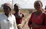 Samburu (Kenya). Women employed in the construction of the new line without contract and earning just 400 shillings (3,7 euros)  for twelve hours shifts <br />©La Vanguardia / Poldo Pomés